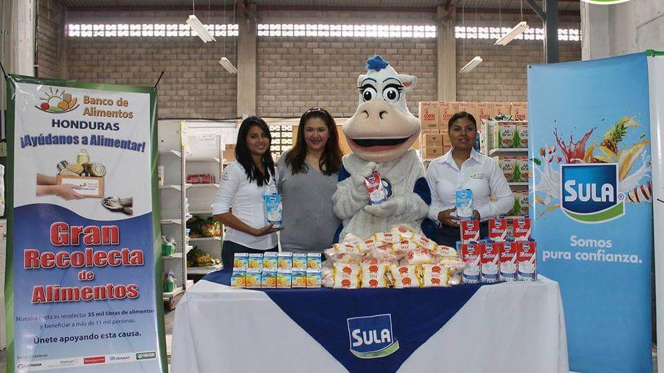 Miriam Kafie, Gerente de RSE de Lacthosa al momento de hacer entrega del donativo al Banco de Alimentos