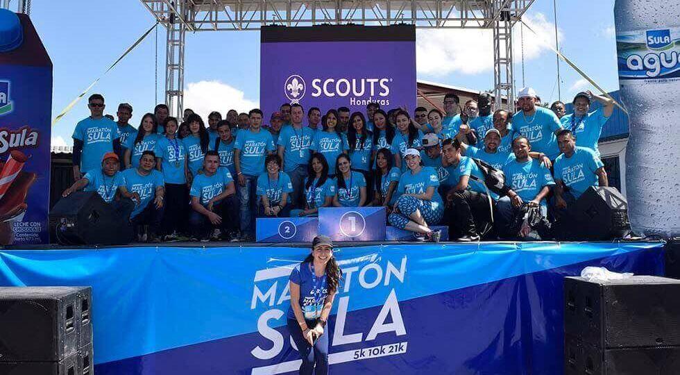 Elena kafie junto a todo el equipo de Staff de la Maratón Sula