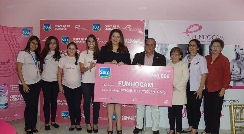 La entrega de los donativos de Sula a FUNHOCAM por parte de Miriam Kafie, estando presentes Ana Abarca, Rosemonde de García y Roberto Zúniga