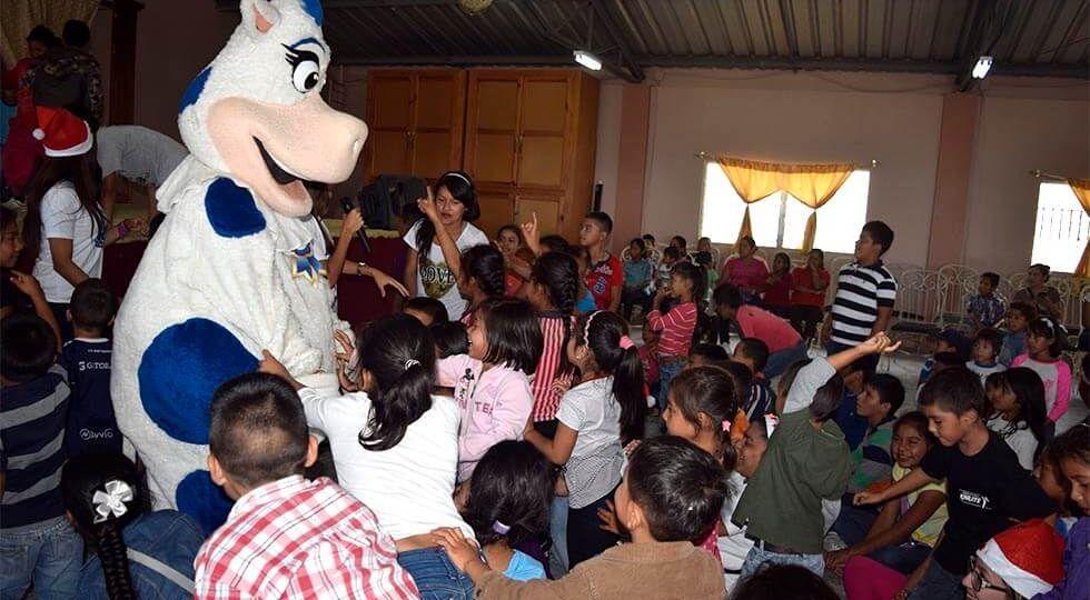Los niños adoran pasar tiempo con la Vaquita Sula