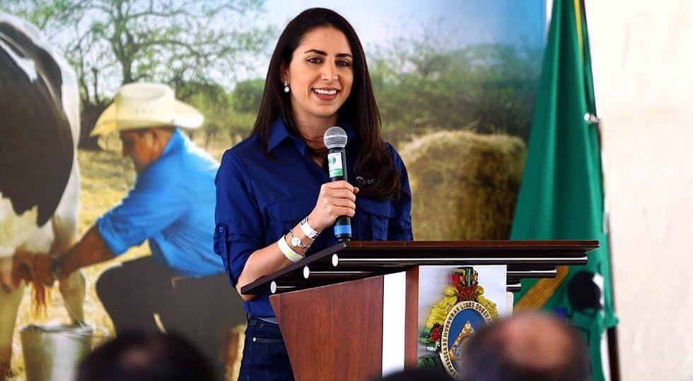 Elena Kafie, representante de la Junta Directiva de Lacthosa dando una palabras en el evento donde se firmo convenio para reactivar el sector ganadero