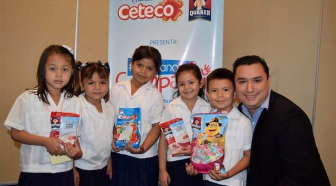 Victor Irias junto a los niños y niñas del Kínder Rafael Pineda Ponce