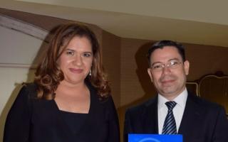 Miriam Kafie de Lacthosa junto al doctor Mario Rafael Castillo Presidente de la Asociación de Pediatras